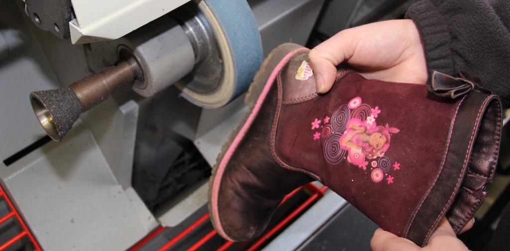 Reparatur eines Schuhes